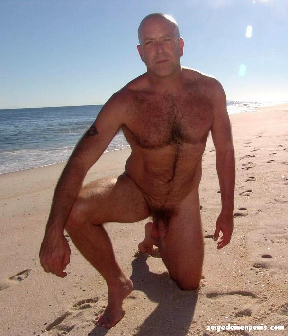 Am strand nackt männer Männer Wichsen